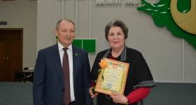 Директор С.В. Гаркуша вручает Почетную грамоту